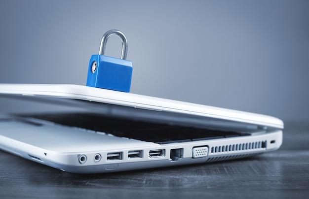 Candado en la computadora portátil. seguridad informática e internet Foto Premium