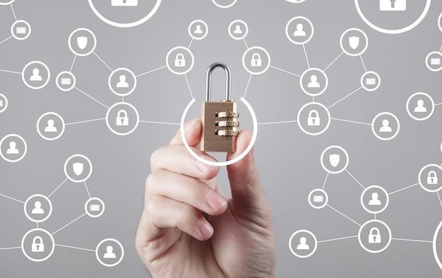Candado de explotación de mano masculina. seguridad de datos e internet Foto Premium