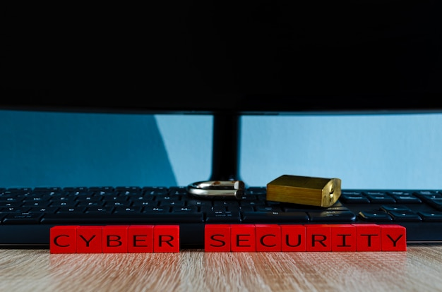 Candado roto en el teclado de la computadora como concepto de spyware, violación de seguridad de troyanos o robo de datos Foto Premium