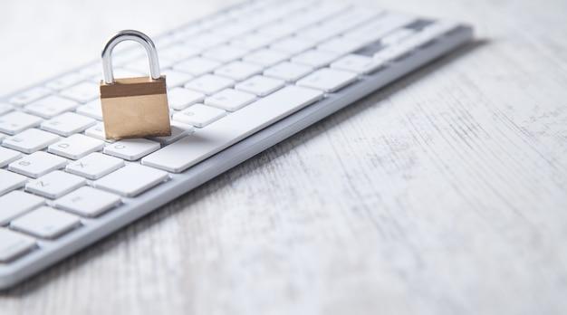 Candado en el teclado de la computadora. seguridad Foto Premium