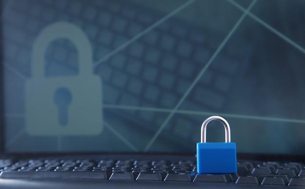 Candado en el teclado del portátil. seguridad informática e internet Foto Premium