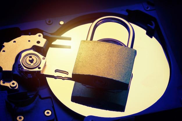 Candado en la unidad de disco duro de la computadora hdd. concepto de seguridad de la información de privacidad de datos de internet. Foto Premium