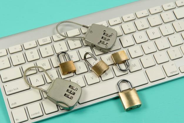 Candados sobre un teclado de computadora. protección de datos en internet Foto Premium