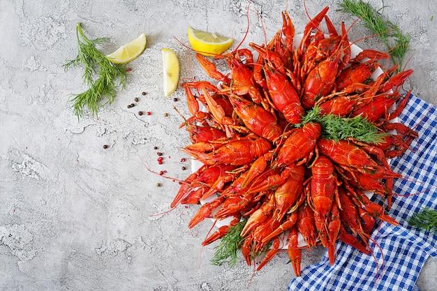 Cangrejo de río. el rojo hirvió los pescados del craw en la tabla en el estilo rústico, primer. Foto gratis
