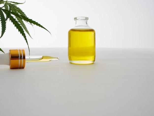 Cannabis con extracto de aceite en una botella Foto Premium