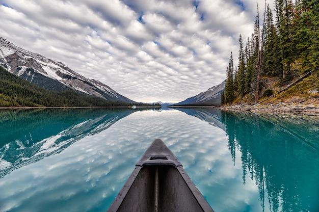 Canotaje en el lago con nubes altocúmulos Foto Premium