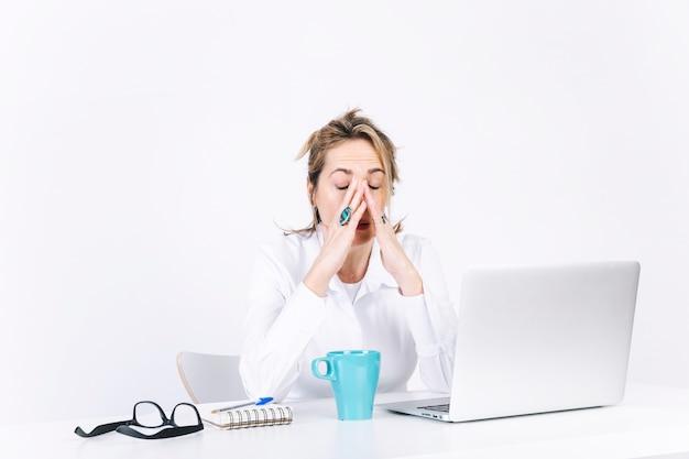 Cansado mujer frotando la cara Foto Premium