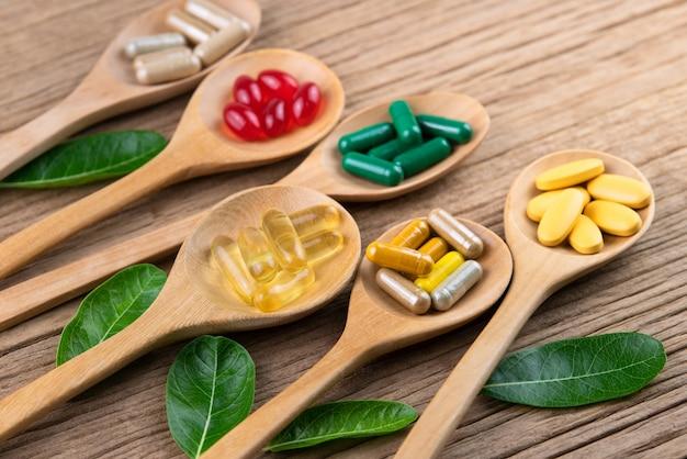 Cápsula alternativa de hierbas medicinales, vitaminas y suplementos naturales. Foto Premium