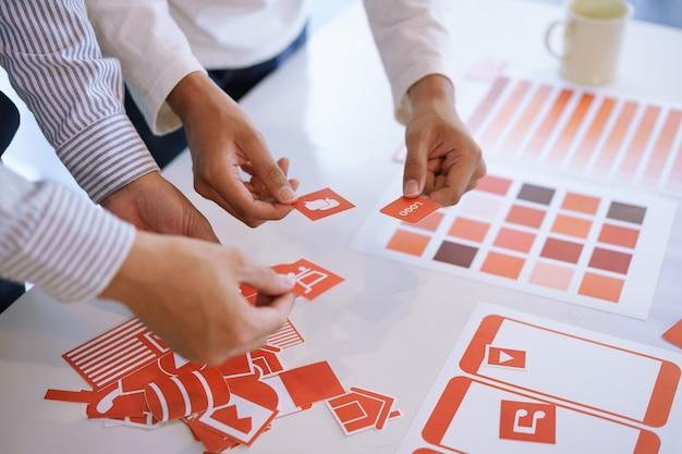 Captura recortada del diseño creativo del equipo de diseñadores de ux ui, desarrollo de aplicaciones móviles a partir de prototipos y diseño de estructura metálica. concepto de lugar de trabajo de desarrollador de aplicaciones móviles. Foto Premium