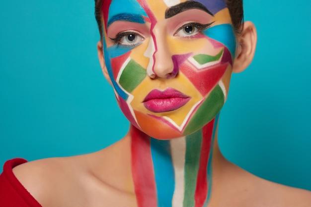 Cara de bella modelo con maquillaje creativo Foto Premium