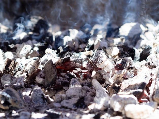 Carbones ardientes cubiertos de ceniza Foto gratis