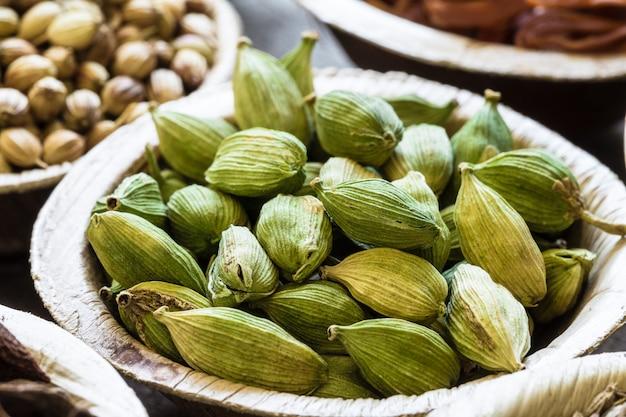 Cardamomo verde en un tazón de coco Foto Premium