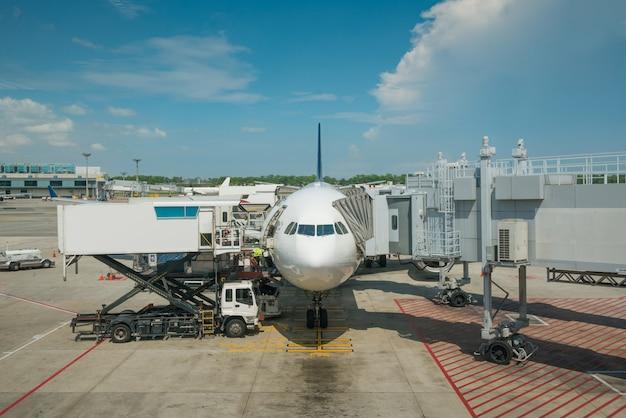 Carga de carga en avión en el aeropuerto antes del vuelo Foto Premium