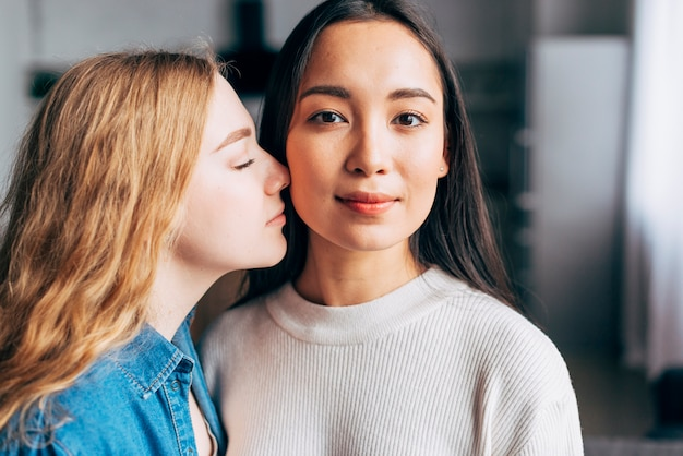 Cariñosa pareja de lesbianas en casa Foto gratis