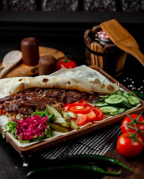 Carne asada con flapjack servido con pepinillos Foto gratis