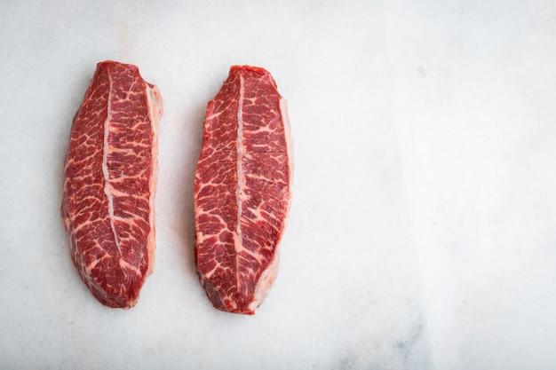 Carne cruda fresca top blade filetes. Foto Premium