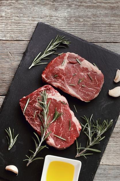 Carne cruda con hierbas y especias Foto gratis
