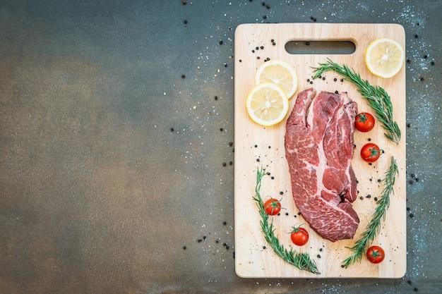 Carne cruda de res en tabla de cortar Foto gratis