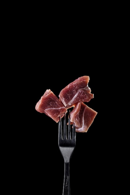 Carne fresca y cruda en un tenedor. Foto Premium