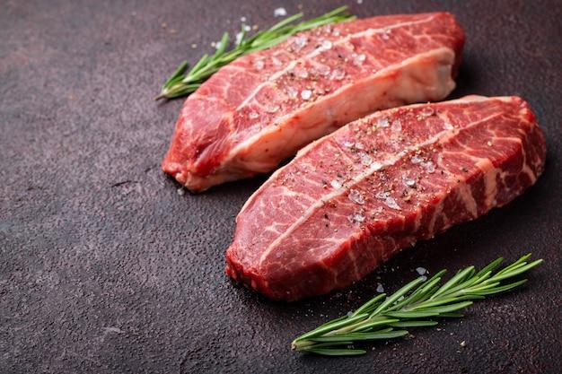 Carne fresca cruda top blade filetes. Foto Premium