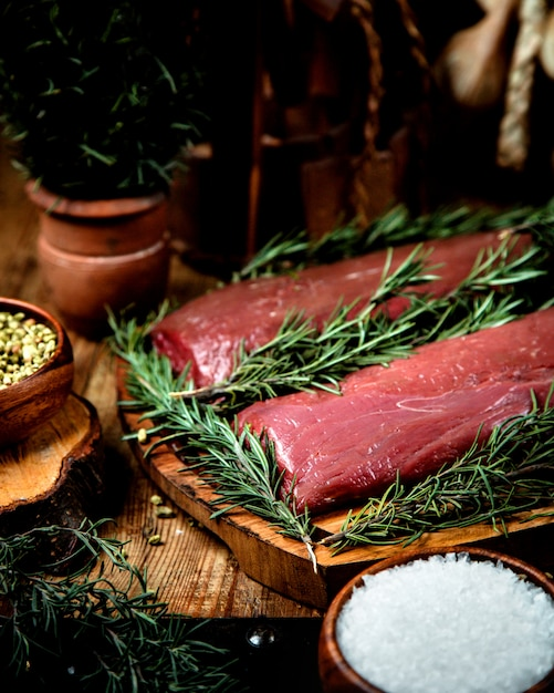 Carne fresca en la mesa Foto gratis