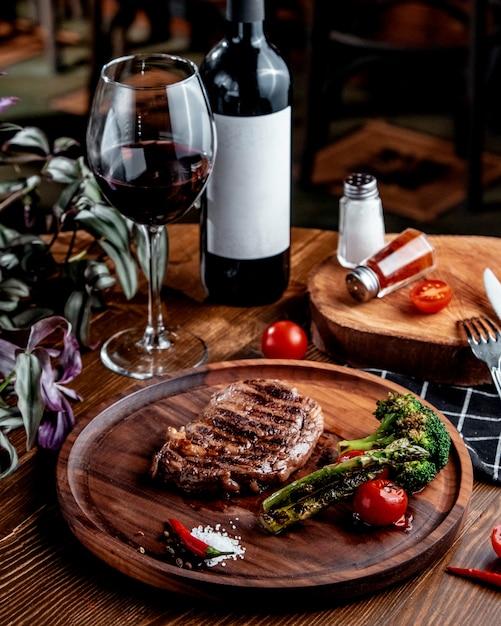 Carne frita con verduras y vino tinto. Foto gratis