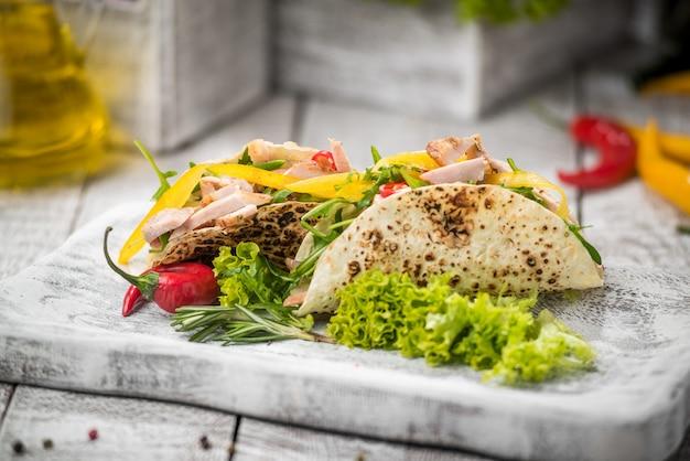 Carne de pollo frito con vegetales en pan de pita Foto Premium