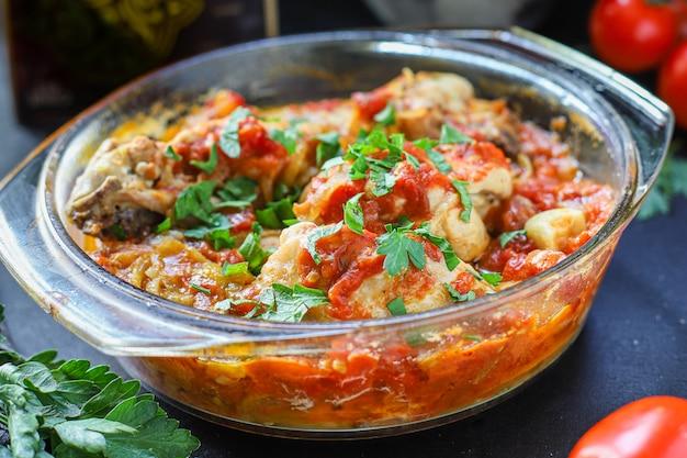 Carne de pollo salsa de tomate chakhokhbili Foto Premium