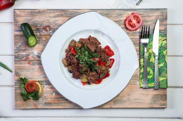 Carne salteada con tomate y hierbas Foto gratis
