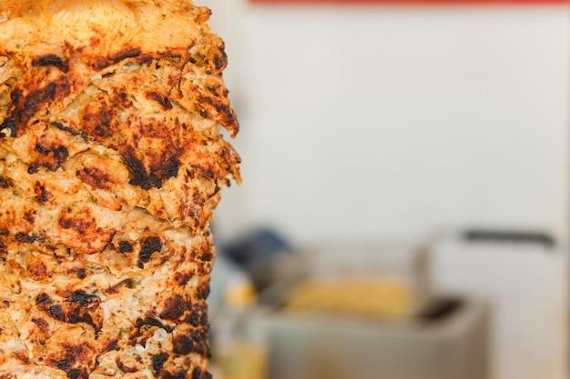 La carne de shawarma se corta Foto Premium