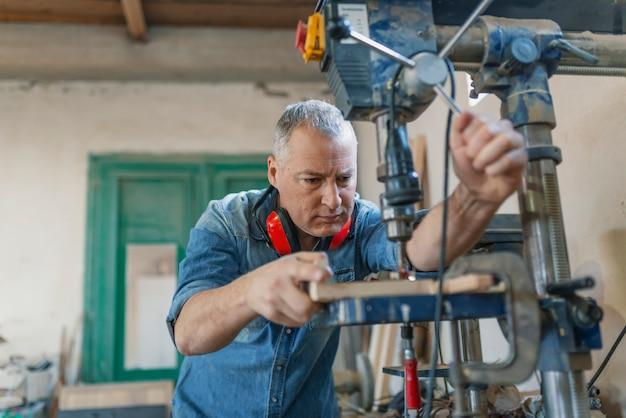 Carpenter trabajando en máquinas para trabajar la madera en ...