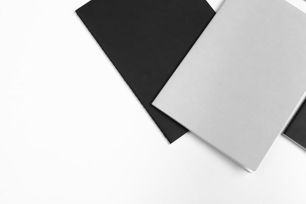 Carpetas cerradas en blanco Foto Premium