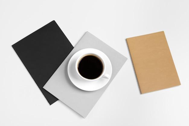Carpetas cerradas y taza de café Foto Premium