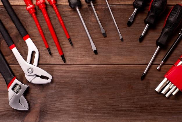 Carpintería variada, herramientas de reparación, libreta sobre madera. Foto Premium