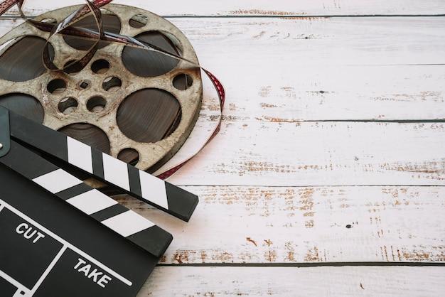 Carrete de película con claqueta Foto gratis