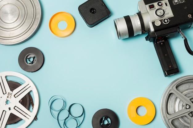 Carrete de película; tiras de película y videocámara sobre fondo azul con espacio de copia para escribir el texto Foto gratis