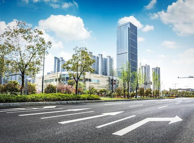 Carretera de asfalto y ciudad moderna Foto gratis