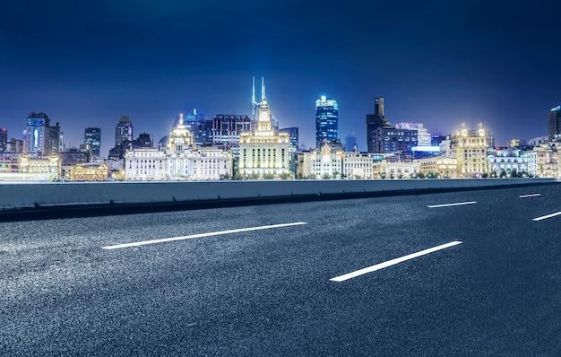 Carretera y la ciudad Foto gratis