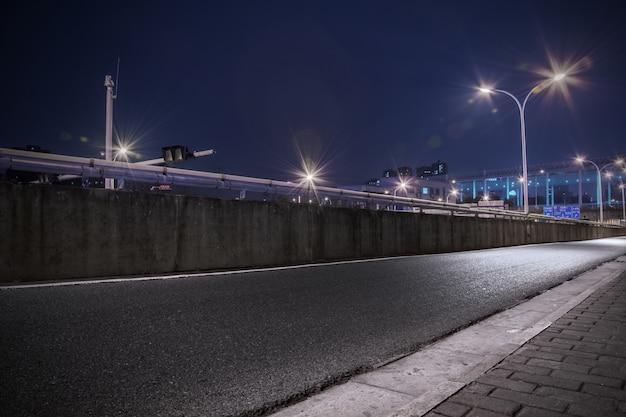 Carretera con farolas iluminadas Foto gratis