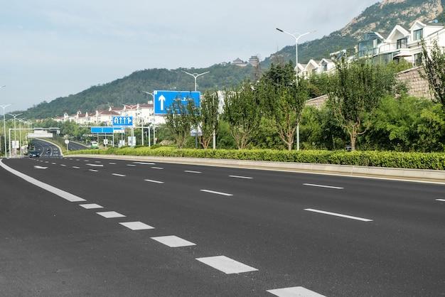 Carretera y frondosos bosques al aire libre, qingdao, china Foto Premium
