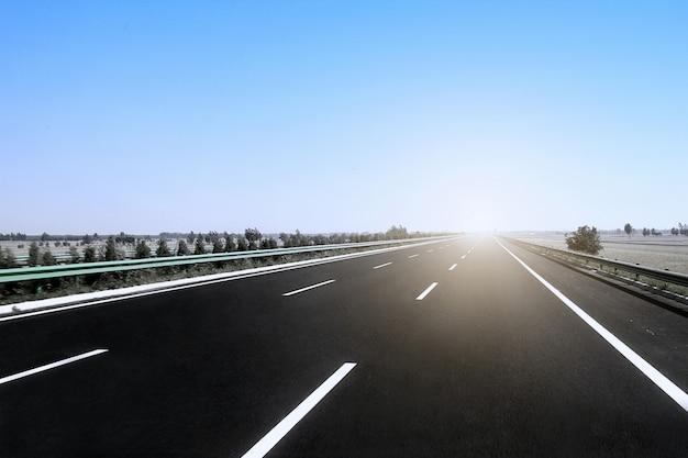 Carretera bajo la luz del sol Foto gratis