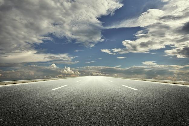 Carretera nublada Foto gratis