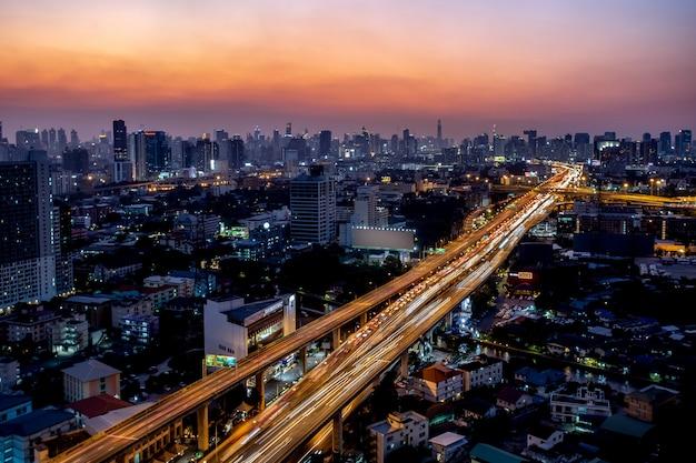 Carretera y tráfico principal en bangkok, tailandia Foto Premium