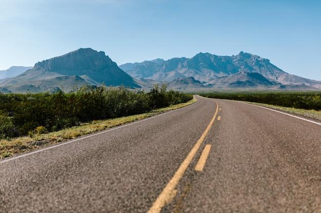 Carretera vacía en medio de la naturaleza. Foto gratis