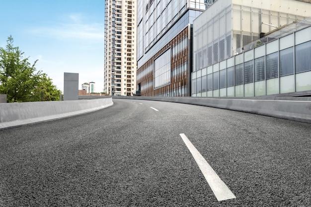 Carretera vacía con el paisaje urbano de chengdu, china Foto Premium
