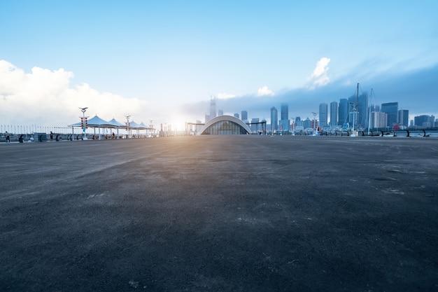 Carretera vacía con paisaje urbano y horizonte de qingdao, china. Foto Premium