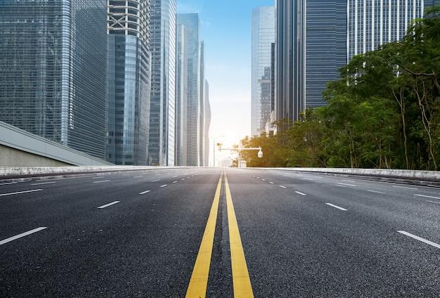 Carretera vacía con paisaje urbano y horizonte de shenzhen, china Foto Premium