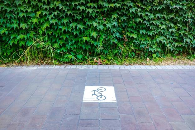 Carril bici separado del tráfico con señal. Foto Premium