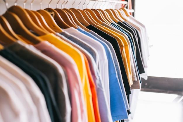 Carril de ropa con camisetas Foto Premium