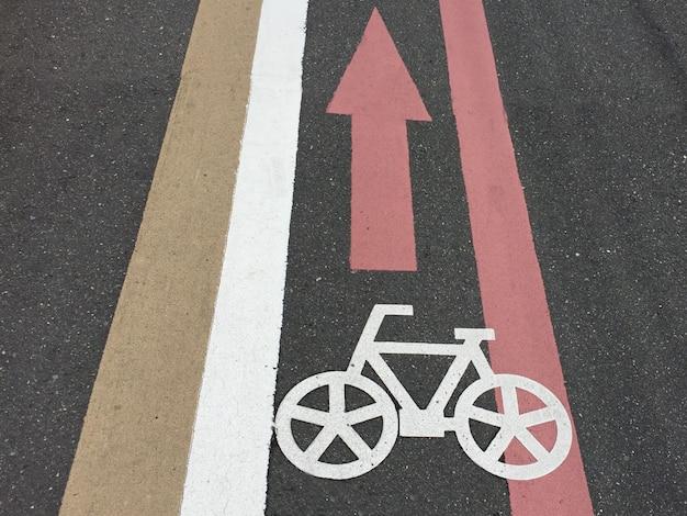Carriles de bicicleta y símbolo de carril bici Foto Premium